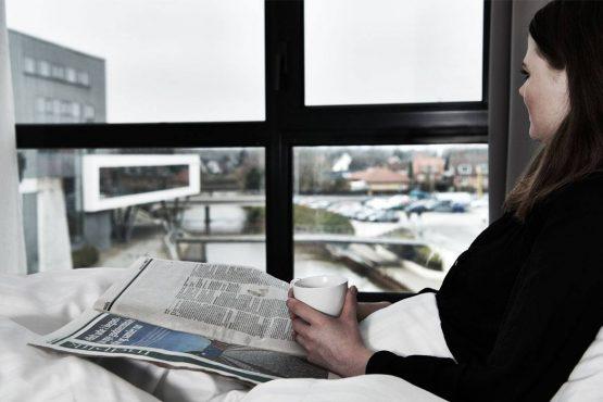 kvinde læser avis og nyder udsigten i Holstebro
